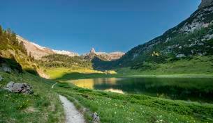 Path around the lake Funtensee, Schottmalhorn reflected inの写真素材 [FYI02342940]