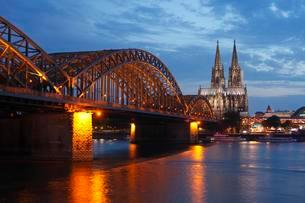Cologne Cathedral with Hohenzollern Bridge at duskの写真素材 [FYI02342945]