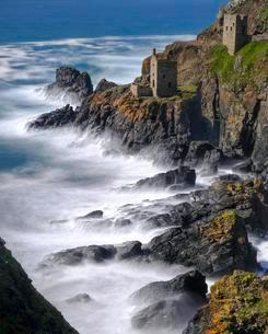 Rocky coast with ruins, former mine, old tin mineの写真素材 [FYI02342955]