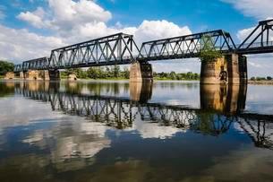 Bridge across the river Oder, near Bienenwerderの写真素材 [FYI02342962]
