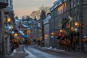 Christmas decorations on the streets, Rue St.louis, Quebecの写真素材 [FYI02342965]