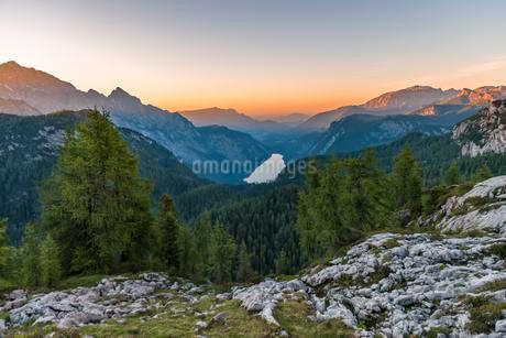 Panorama, view over the Konigsee from the Feldkogel, leftの写真素材 [FYI02342970]