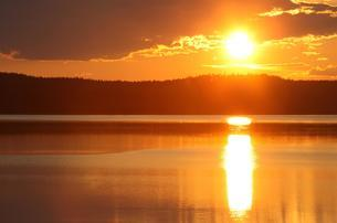 Sunset on a lake in the Kvikkjokk National Park, Laplandの写真素材 [FYI02342982]