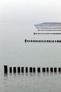 Groynes, one behind the other, Baltic Sea beach nearの写真素材 [FYI02342985]