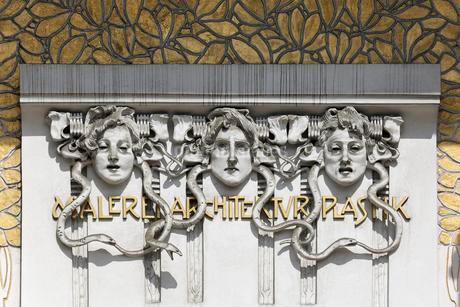 Three women's faces on the Secession building forの写真素材 [FYI02342986]