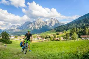 Cyclist on bike tour with mountain bike, on the cycle pathの写真素材 [FYI02343004]
