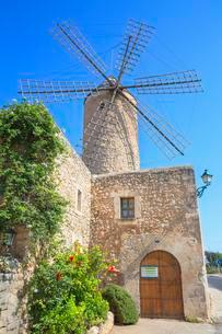 Windmill in Sineu, Mallorca, Spain, Europeの写真素材 [FYI02343007]