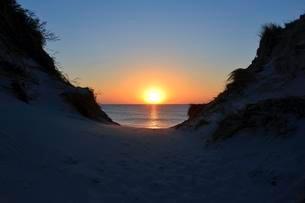 Sunset between dunes and North Sea, Amrum, North Frisianの写真素材 [FYI02343008]