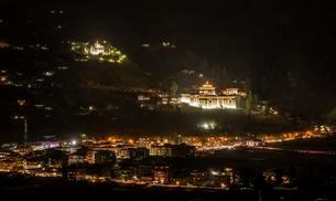 Night view, view of Paro and monastery fortress, Rinpungの写真素材 [FYI02343016]