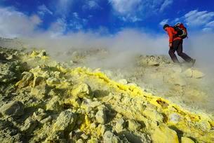 Hiker on the Gran Cratere walks through sulphur fumarolesの写真素材 [FYI02343020]