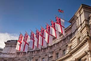 Admiralty Arch flying White Ensigns, the flag of the Royalの写真素材 [FYI02343033]