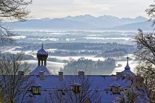 Morning atmosphere in winter, view over Eurasburg Castle toの写真素材 [FYI02343038]