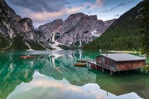 Green mountain lake with boats and boathouse, Seekogel peakの写真素材 [FYI02343053]