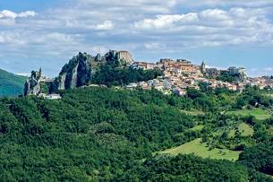 View of mountain village Bagnoli del Trigno with churchの写真素材 [FYI02343060]