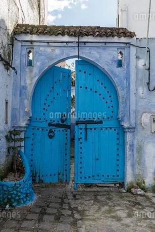 Blue front door, house facade, medina of Chefchaouenの写真素材 [FYI02343063]