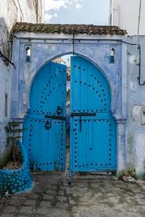 Blue front door, house facade, medina of Chefchaouenの写真素材 [FYI02343063]