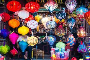 Traditional silk lanterns, shop assistant with colouredの写真素材 [FYI02343064]
