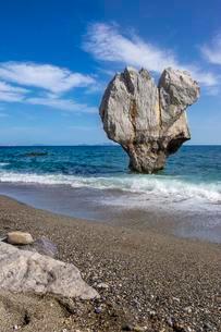 Rock in heart shape in the sea, Preveli Beach, Agiosの写真素材 [FYI02343069]
