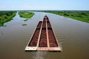 Pusher with iron ore cargo, Rio Paraguay, Concepcionの写真素材 [FYI02343071]
