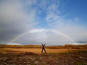 Woman is jumping in the air under rainbow, autumnの写真素材 [FYI02343079]