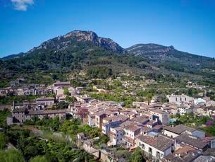 Old town, Soller, mountains in the back, Serra deの写真素材 [FYI02343081]