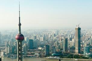 View from Jin Mao Tower skyscraper with Oriental Pearl TVの写真素材 [FYI02343083]