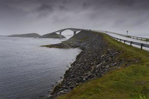 Storseisundet Bridge on a cloudy, rainy dayの写真素材 [FYI02343086]