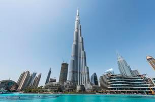 Burj Khalifa and skyscrapers, artificial lake, Dubaiの写真素材 [FYI02343102]