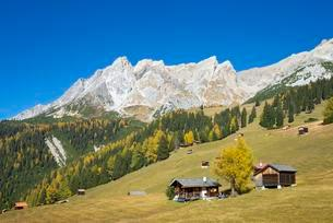 Autumnal mountain landscape with alpine huts, behind theの写真素材 [FYI02343107]