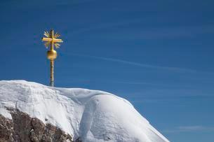 Summit cross on the Zugspitze, Upper Bavaria, Bavariaの写真素材 [FYI02343108]