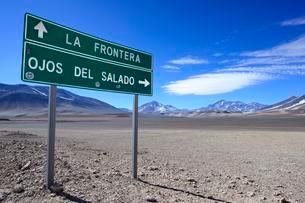 Guide to the border with Argentina and the volcano Ojos delの写真素材 [FYI02343119]