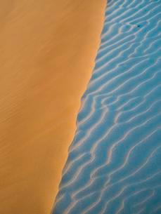 Sand dunes, evening light, patterns, desert, Sharqiya Sandsの写真素材 [FYI02343124]
