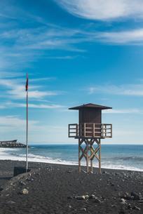 Watch tower on the beach, red flag, Tazacorte, La Palmaの写真素材 [FYI02343136]