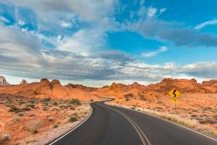 Curvy road through sandstone formations, Valley of Fireの写真素材 [FYI02343138]