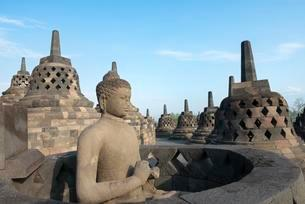 Buddha statue, temple complex Borobudur, Stupas, Borobudurの写真素材 [FYI02343140]