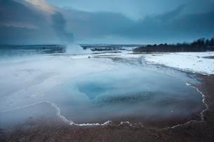 Outbreak, Strokkur geyser in winter, Haukadalur, Southernの写真素材 [FYI02343142]