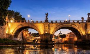 Ponte Sant'Angelo bridge over Tiber, dusk, Rome, Italyの写真素材 [FYI02343158]