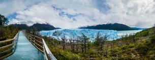 Bridge to viewing platform at Perito Moreno glacier, regionの写真素材 [FYI02343172]