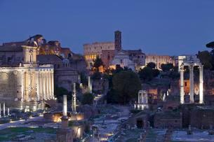Roman Forum with Colosseum behind, Dawn, Foro Romano, Romeの写真素材 [FYI02343201]