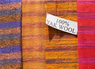 Yak wool shawls on sale, Nepal, Asiaの写真素材 [FYI02343204]