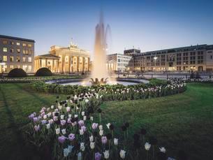 Pariser Platz and Brandenburg Gate, Berlin, Germany, Europeの写真素材 [FYI02343212]