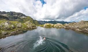 Young man swimming in a small lake, Klafferkesselの写真素材 [FYI02343213]