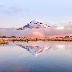 Reflection in Pouakai Tarn lake, pink clouds aroundの写真素材 [FYI02343216]