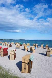 Beach chairs on a sandy beach, Baltic Sea, Fehmarn Islandの写真素材 [FYI02343219]