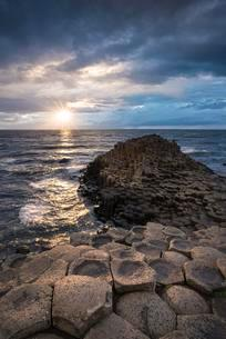 Basalt columns by the coast at sunset, Giant's Causewayの写真素材 [FYI02343230]