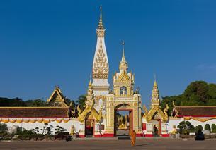 Monk in front of Chedi of Wat Phra That Phanom, templeの写真素材 [FYI02343234]