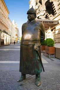 Statue of fat policeman, Budapest, Hungary, Europeの写真素材 [FYI02343240]
