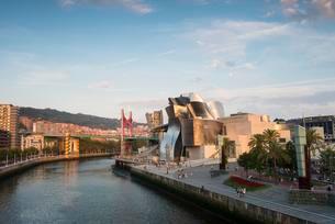 Guggenheim Museum Bilbao, by Frank Gehry, Nervion Riverの写真素材 [FYI02343242]