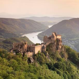 Ruin of Aggstein Castle in the evening lightの写真素材 [FYI02343248]