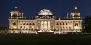 Reichstag at night, Government District, Berlin, Germanyの写真素材 [FYI02343251]